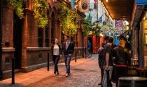 couple-strolling-down-Dame-Lane-Dublin-warm-sunny-evening