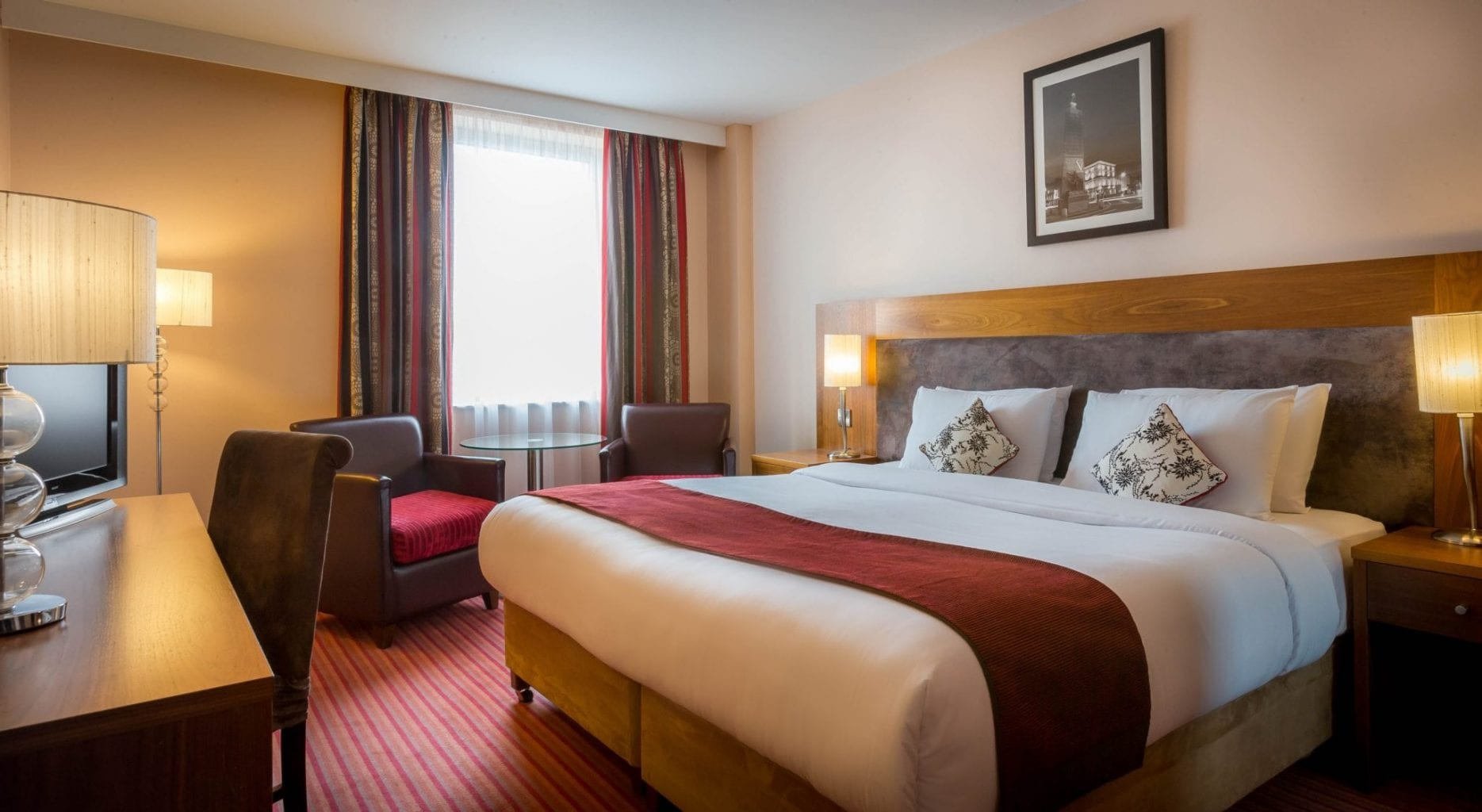 Maldron-Hotel-Parnell-Square-Dublin-room-with-kingsize-bed